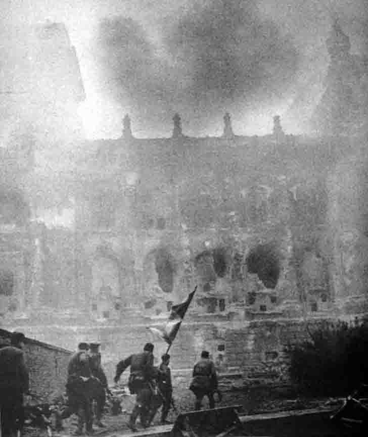 Soviet infantry with a banner stormed the Reichstag