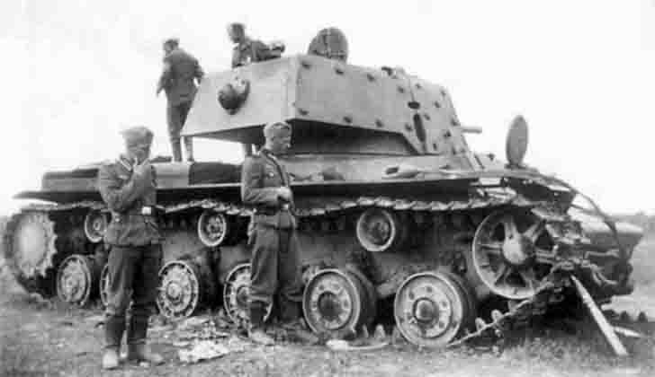 KV-1, German soldiers
