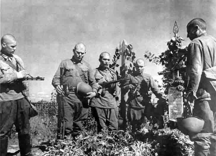 Soviet soldiers at the grave of their comrade