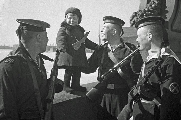 The sailors of the Baltic Fleet of the USSR and the little girl