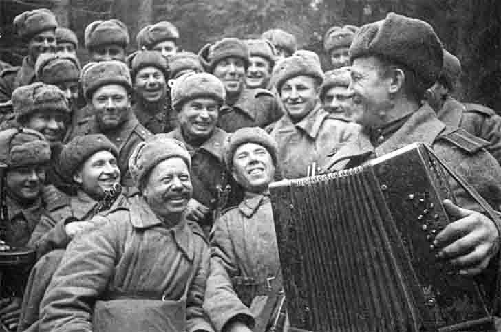 Rest of the Soviet infantry before the assault of the city Velikiye Luki