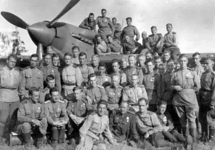 Personnel from the Soviet 566 th Attack Regiment and IL-2