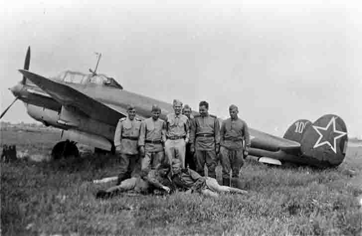 Soviet pilots and technician Sergeant Bernard J. McGuire about Pe-2 bomber