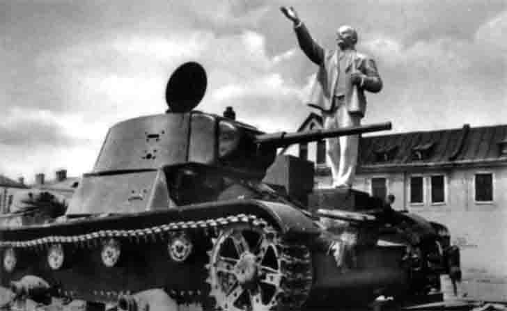 T-26 light tank under the statue of Lenin in the town of Kobrin