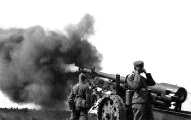 Shot of German 15-cm Kanone 16 - 150 mm field gun