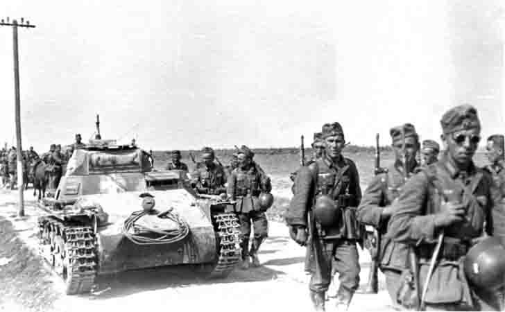PzKpfw I light tank and infantry of the Wehrmacht