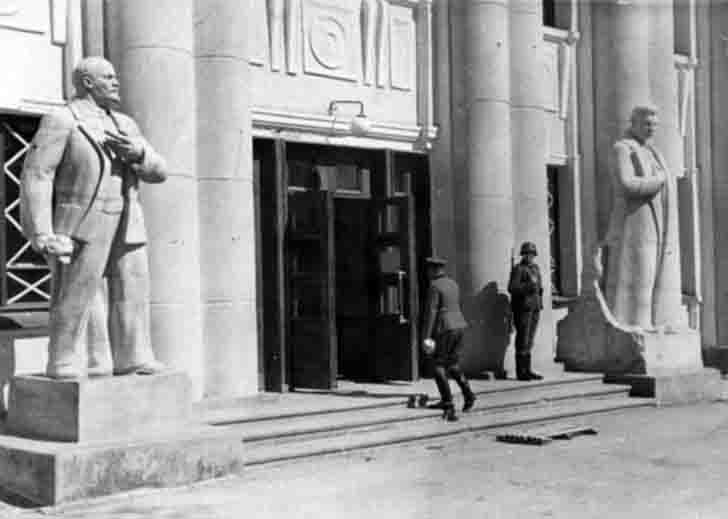 German soldiers on duty near the monument to Joseph Stalin