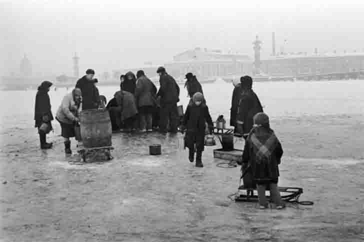 Residents of besieged Leningrad take drinking water from the river Neva