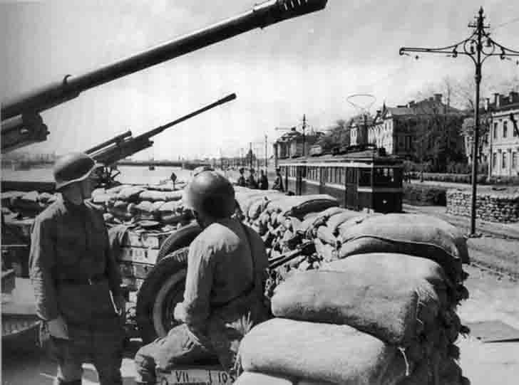 Anti-aircraft battery on the University Embankment in Leningrad