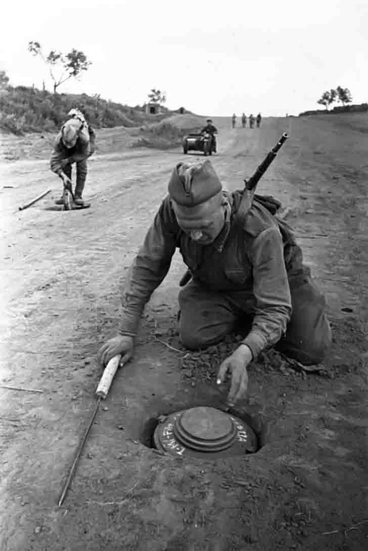 Soviet sappers neutralize the German anti-tank mines
