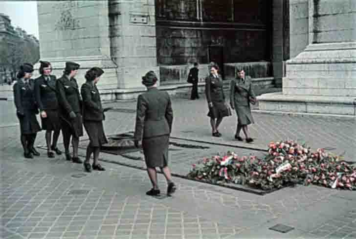 German female soldiers at the Tomb of the Unknown Soldier in occupied Paris