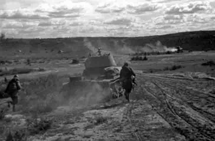The infantry stormed the hill, with the support of T-26 light tanks