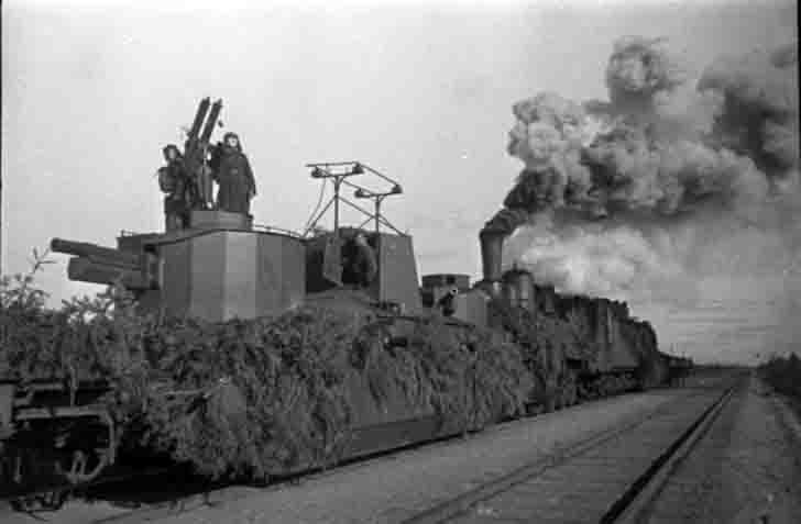 "The dual ""Maxim"" anti-aircraft machine gun on an armored train"