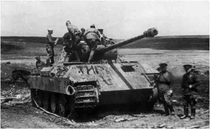 "Soviet soldiers inspect the destroyed German ""Panther"" tank №834"