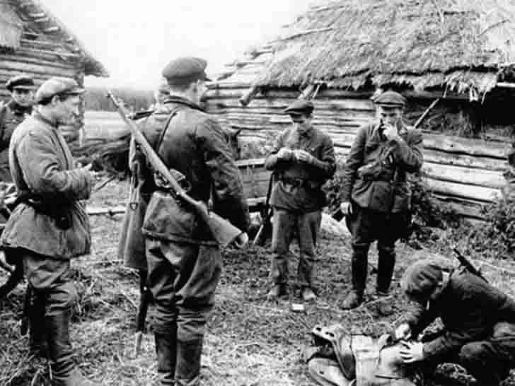 Russian partisans prepare to combat