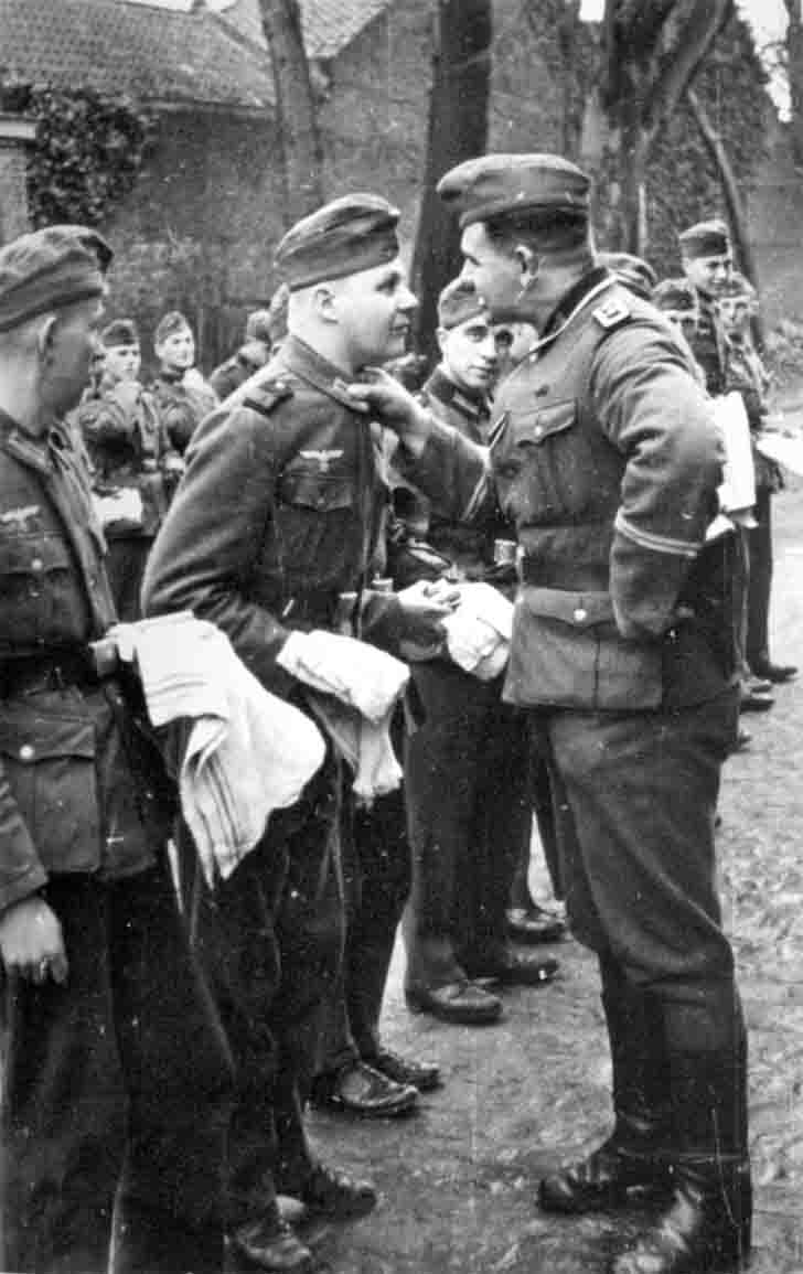 Hauptfeldwebel of the Wehrmacht carries out inspection of the German soldiers