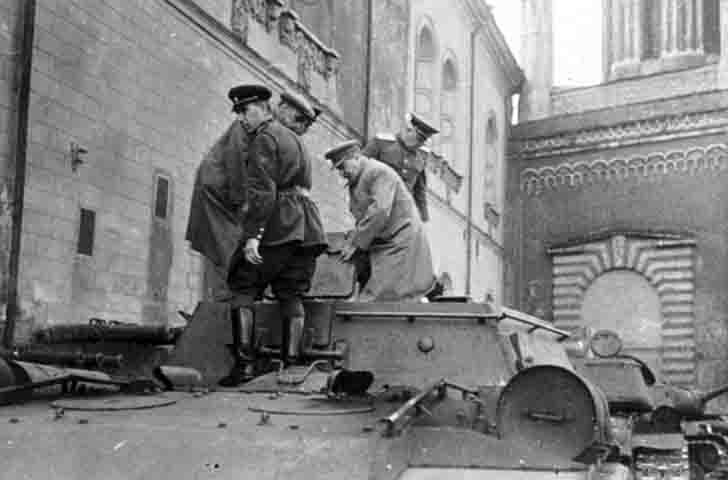 Joseph Stalin personally inspects the SU-152 «Zveroboy»