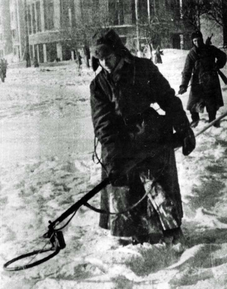 Soviet engineers in the demining of the streets of Voronezh