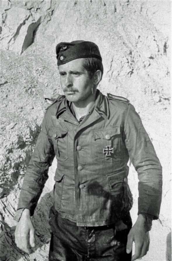 Oberbootsmannsmaat of Kriegsmarine surrenders in the Crimea