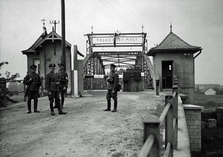 Polish soldiers at a checkpoint on the Czech border