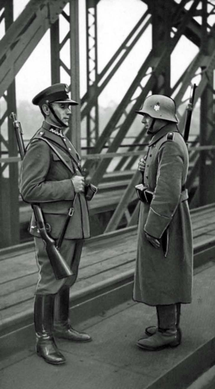 German and Polish border guards at the railway bridge in the town of Bohumin