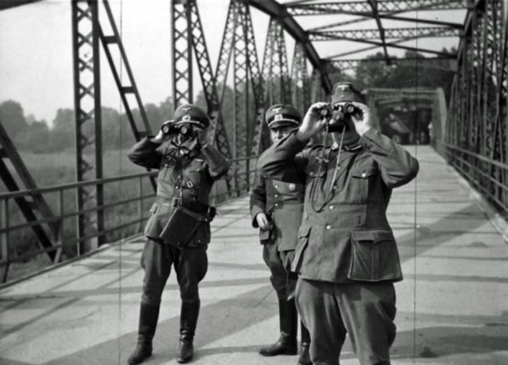 German officers watching the capture of the city of Bohumín by Polish troops