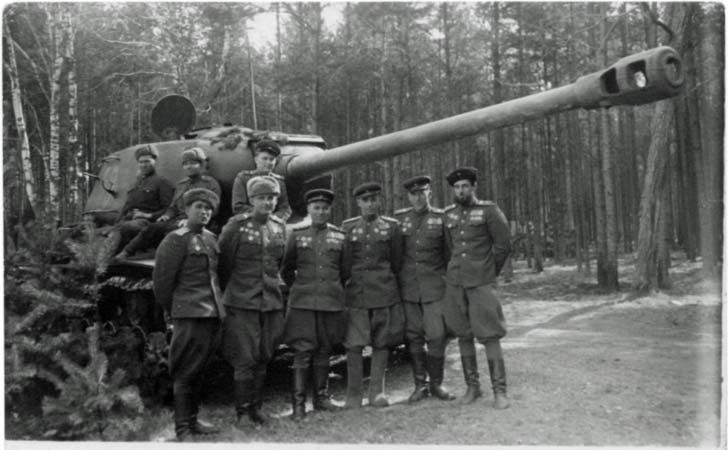 The commanding staff of the 88-th Guards separate heavy tank regiment and JS-2 tank