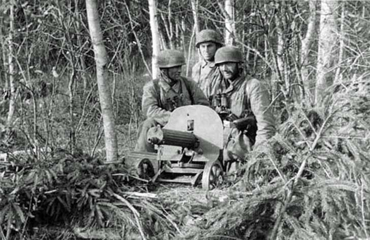 "German fallschirmjager with ""Maxim"" heavy machine gun"
