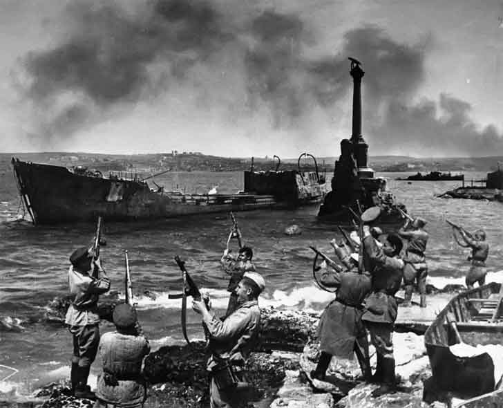 Soviet soldiers salute in honor of the liberation of Sevastopol