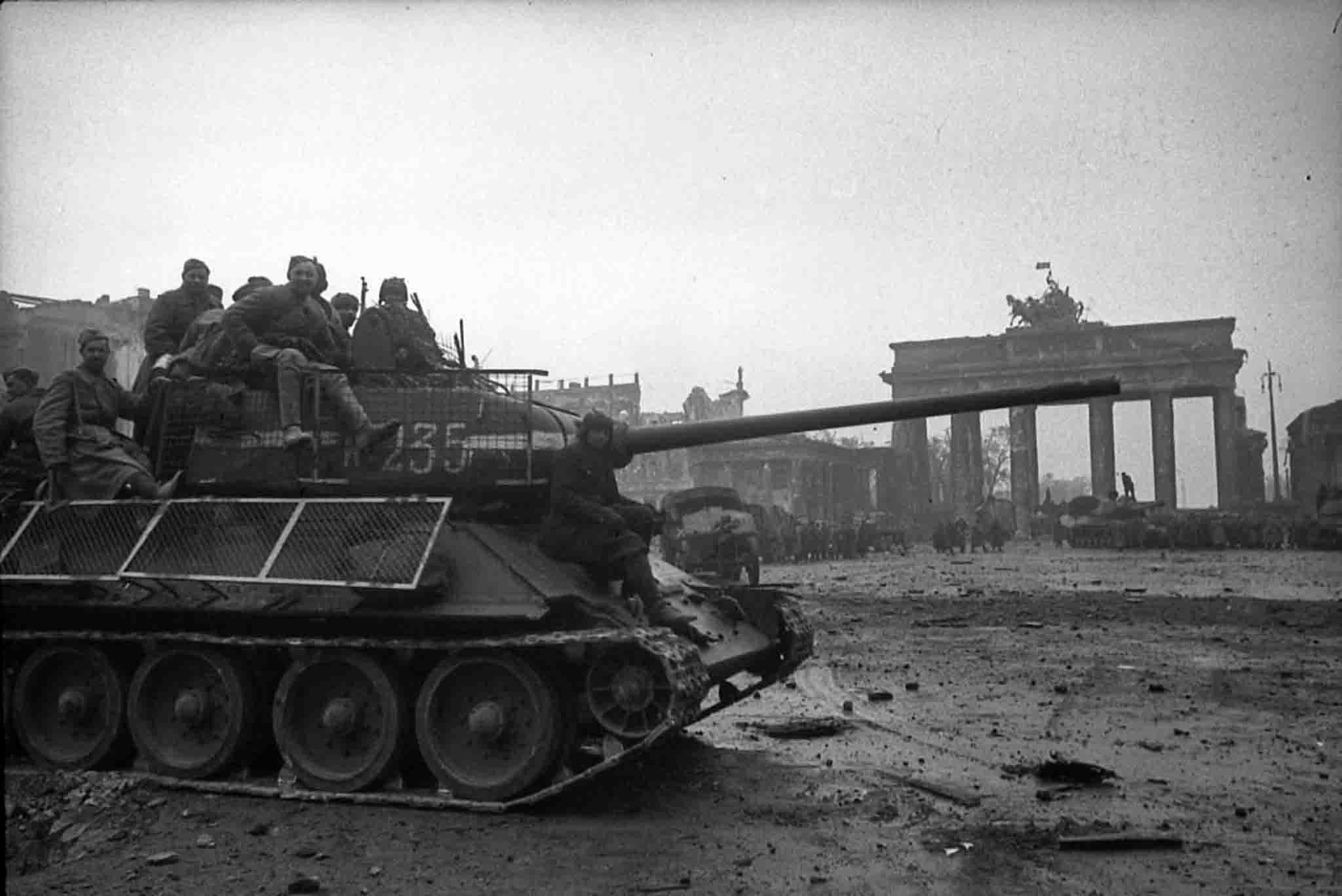 Tropas russas entram em Berlim transportadas em um T-34/85