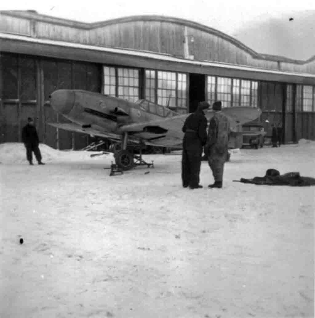 World War II: Repair Messerschmitt Bf.109 fighter in the Russian winter