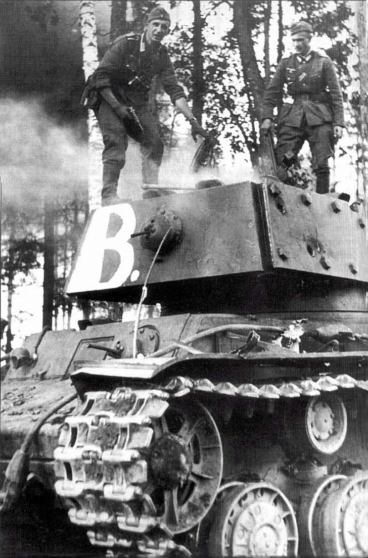 German soldiers, KV-1