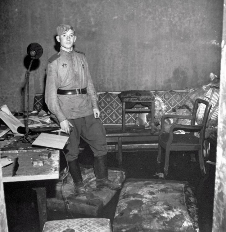 Soviet soldiers in Goebbels' apartment