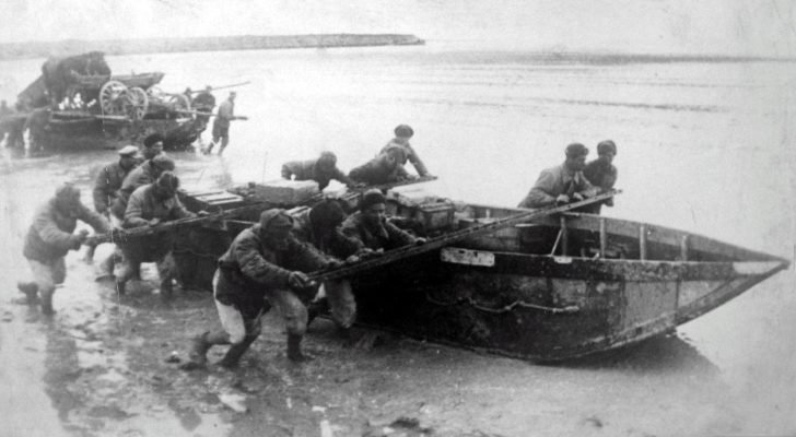 Soviet soldiers cross Sivash