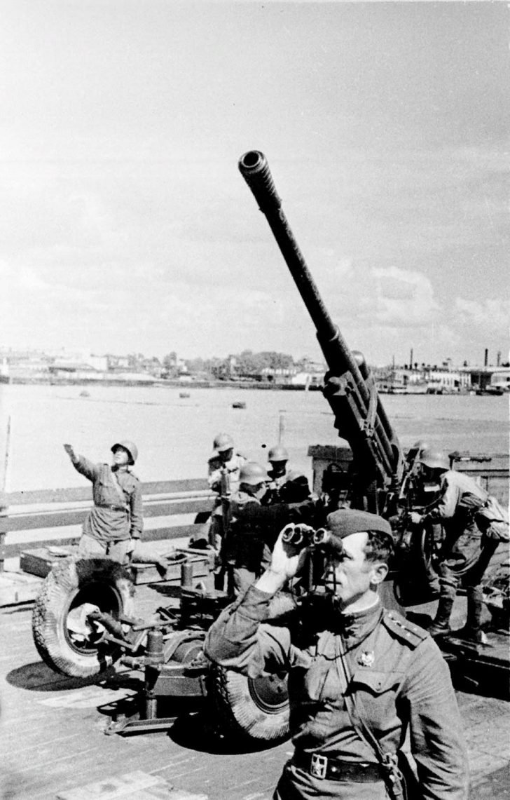 A team of 85-mm antiaircraft gun