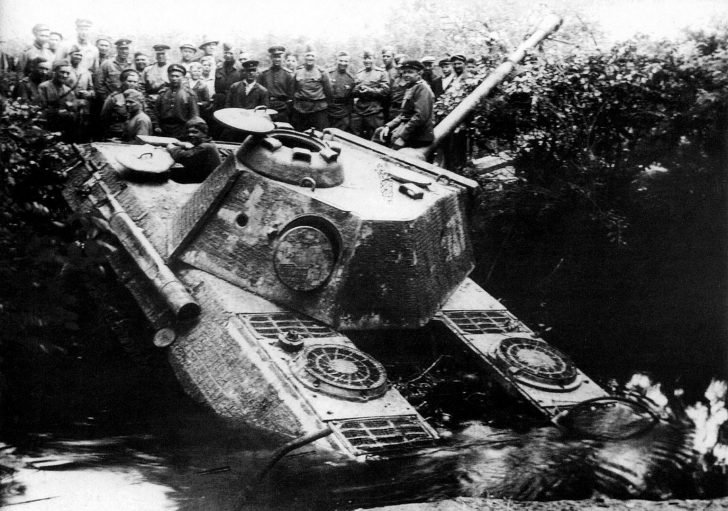 Soviet soldiers, Panther tank