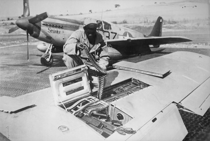 Equipment of wing machine guns of P-51 Mustang fighter