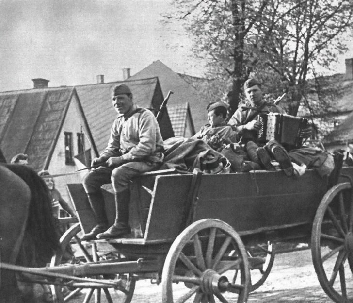 horse carriage with infantry