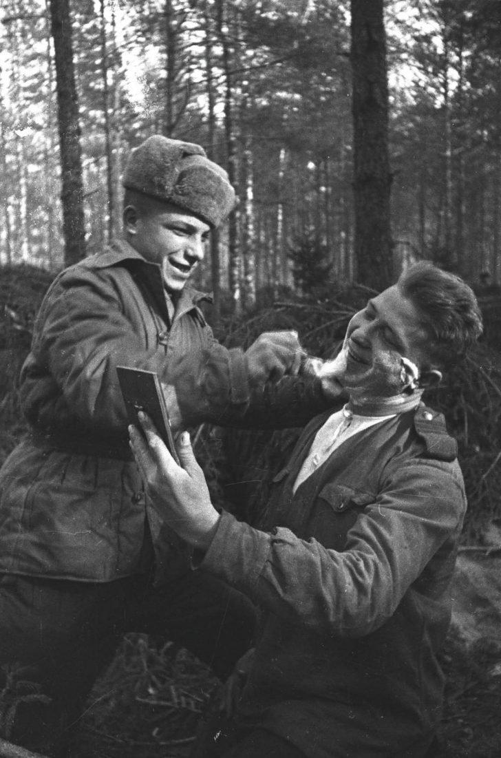 Shaving Soviet soldiers