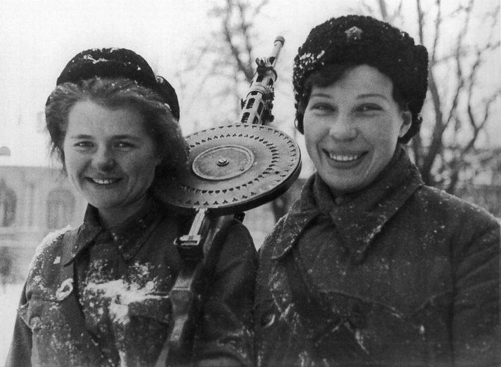 DP-27 female machine gunners