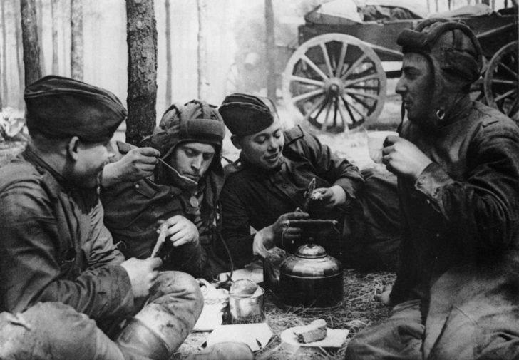 Lunch of Soviet tank crews
