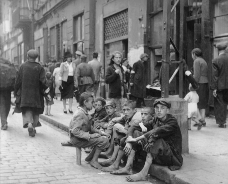 Jewish teenagers in the Warsaw ghetto
