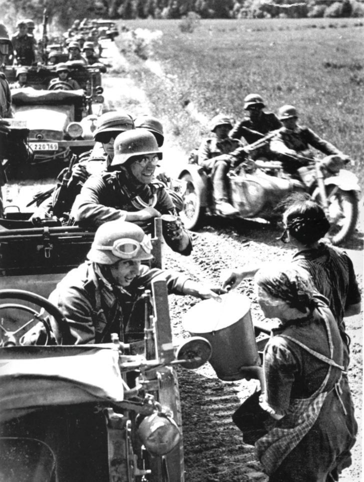Lithuanian women, German soldiers