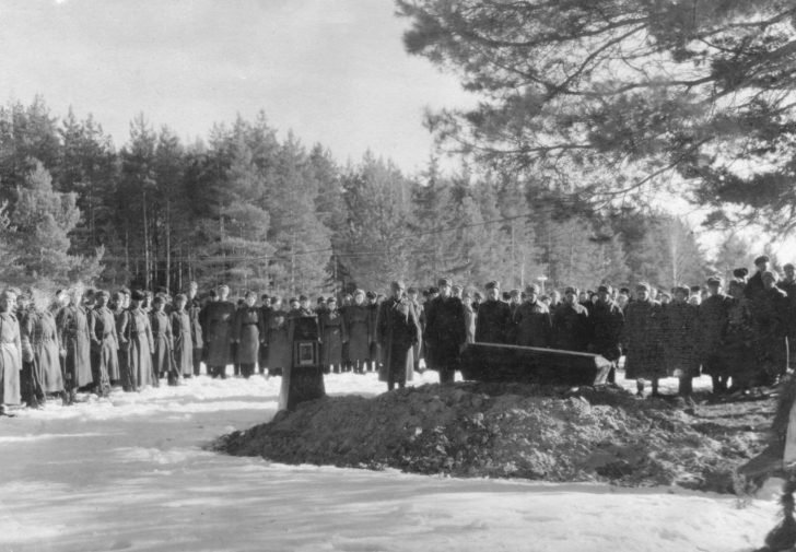 The funeral of the pilot of a Pe-8 bomber