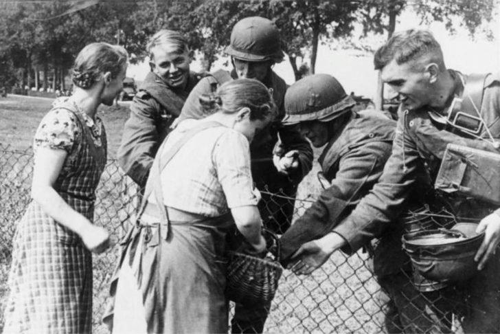 Polish women, German soldiers