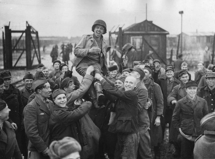 Soviet prisoners of war, American soldier