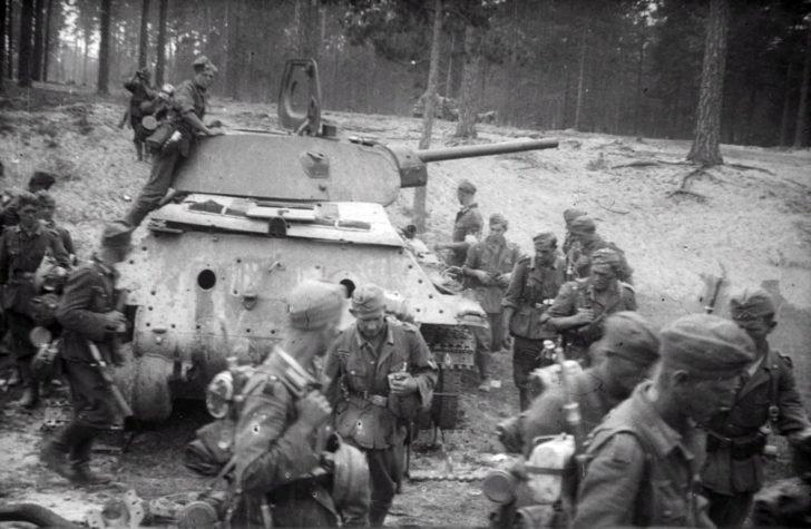 German soldiers, T-34-76