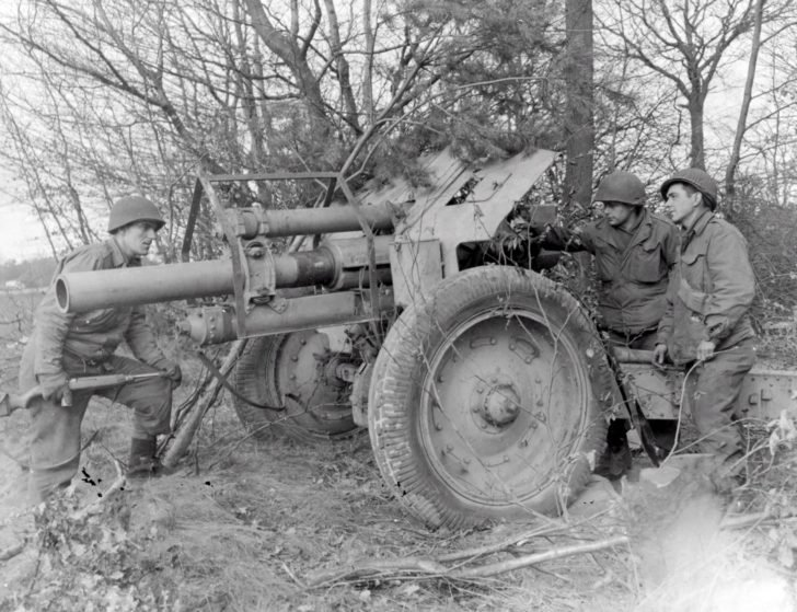 Soldiers from the 84th division, 122-mm howitzer M-30