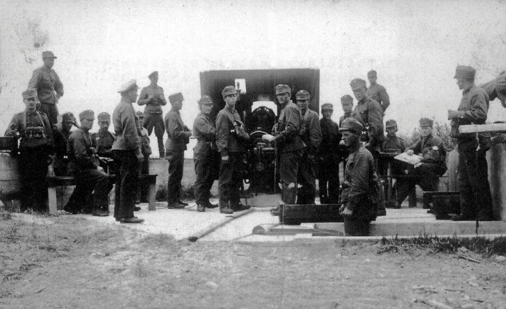 Finnish artillery gunners