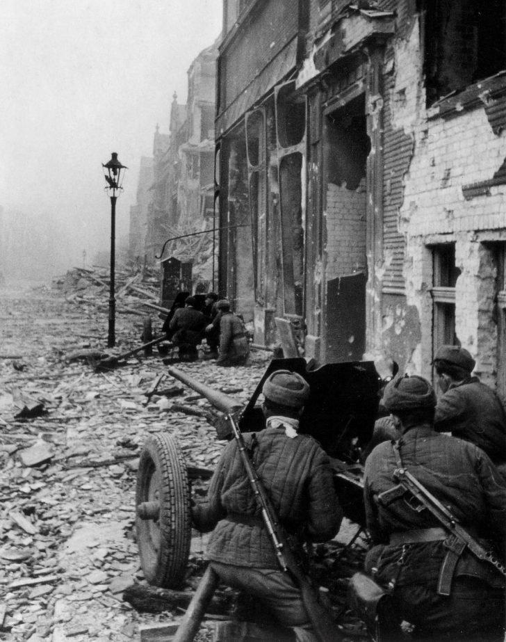 Soviet gunners in the Battle of Breslau